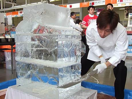 博多郵便局にハリーホークの氷の彫刻が登場