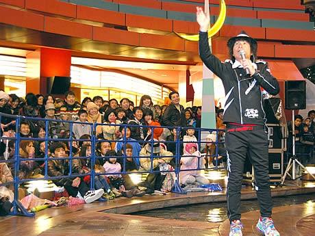 日本上陸セレモニーでファンの歓声に応える間さん