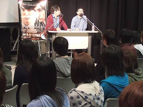 九州ビジュアルアーツで映画「マイ・バック・ページ」の山下敦弘監督(右)が特別講義を行った