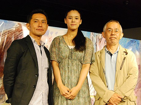 (左から)宮崎吾朗監督、手嶌葵さん、スタジオジブリの鈴木敏夫プロデューサー