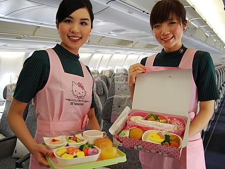 機内食、乗務員のエプロンなど機内がキティ一色に