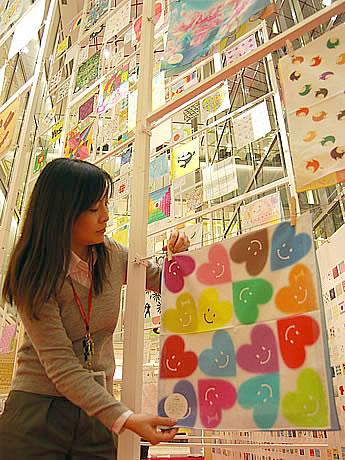 アミュプラザ博多で「やさしいハンカチ展」が開催