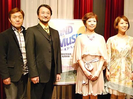 (左から)トラップ大佐役の村俊英さん、芝清道さん、マリア役の井上智恵さん、笠松はるさん