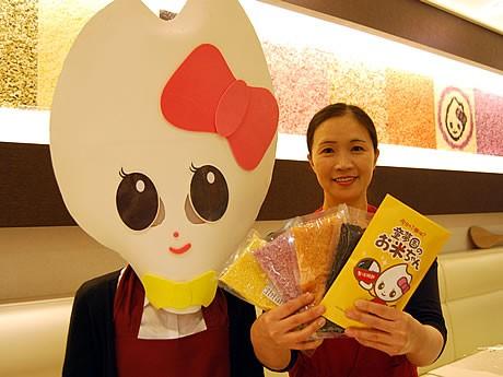博多に「お米ちゃんカフェ」がオープン。お米ちゃん(左)と永田紀美江社長