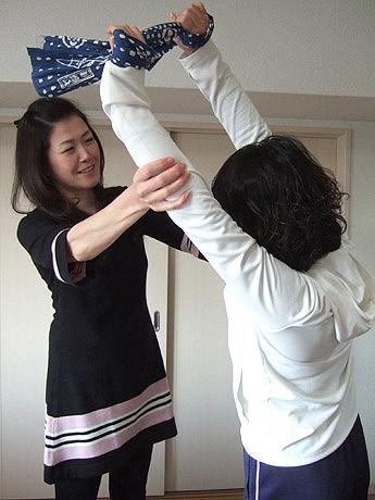 手拭い体操を教える高邊しおり社長(左)