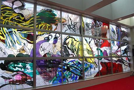 福岡空港国際線ロビーに大型ステンドグラスが設置された