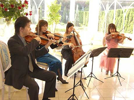 ホテルオークラ福岡でロビーでチャリティーコンサートを開催
