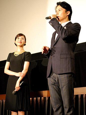 舞台あいさつを行った福山雅治さん(右)と吉高由里子さん
