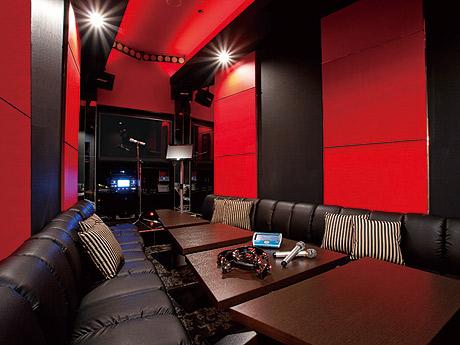 6色の照明やマイクスタンドとステージを設けた「ライブルーム」