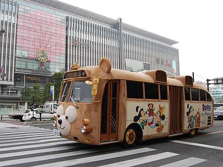 JR博多駅前を通るダッフィーバス