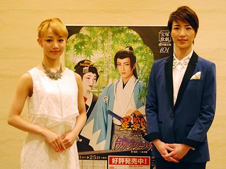 宝塚歌劇雪組のトップスター・早霧せいなさん(右)と娘役・咲妃みゆさん