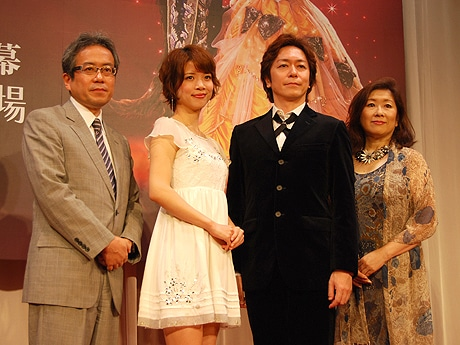 (左から)吉田智誉樹社長、ベル役の平田愛咲さん、ビースト役の北澤裕輔さん、ミセス・ポット役の早水小夜子さん