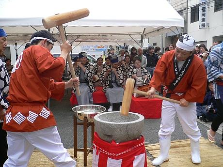 石村萬盛堂でイベント「博多もちつき」が開催