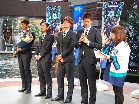 (左から)井原正巳監督、坂田大輔選手、中原貴之選手、濱田水輝選手
