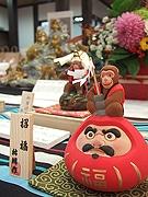 はかた伝統工芸館で「猿・申・さる いろいろ展」 さるの「壁ドン」人形も