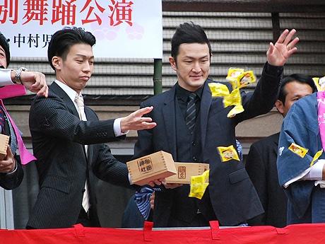櫛田神社で豆まき神事に参加する中村獅童さん(右)と中村児太郎さん