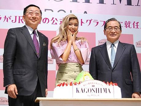 (左から)JR九州・青柳俊彦社長、ローラさん、鹿児島県の伊藤祐一郎知事