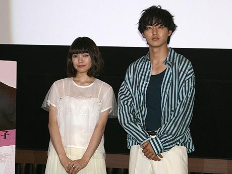 主演の二階堂ふみさん(左)と山﨑賢人さん