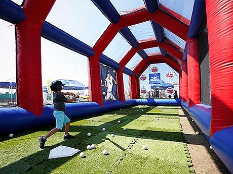 JR博多駅前広場に移動式ベースボールテーマパーク「MLBロードショー2016」が登場