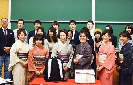 博多織バッグ製品発表会で福岡大学准教授と学生、筑前織物取締役、BBDOJWESTコンテンツ開発局局長