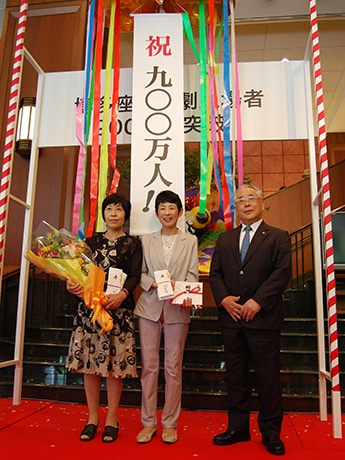 博多座来場者数900万人目に選ばれた北九州市在住の猪口昌美さん(左)と山口真美子さん