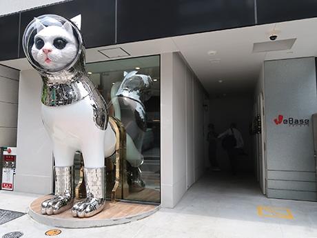 入り口には高さ3メートルの彫刻作品「SHIP'S CAT」を設置