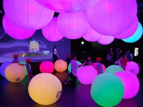博多に「チームラボアイランド-学ぶ!未来の遊園地-」「トミカプラレールカフェ」がオープン(写真は「光のボールでオーケストラ」)