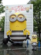 博多駅前に5メートル「巨大ミニオン」登場 除幕式にはケビンも