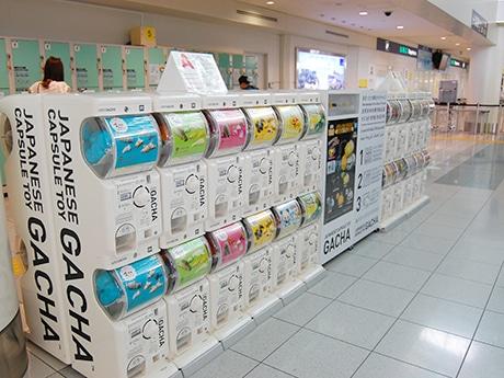 福岡空港国際線旅客ターミナルビル3階にカプセルトイ自販機「ガチャ」が登場