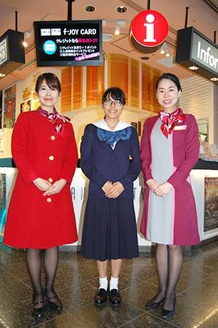 デザインした2年・松野下由衣さん(中央)と新デザインの制服を着用したインフォメーションスタッフ