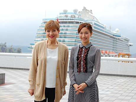 同作のテーマ「旅立ち」にちなんで博多港国際ターミナルで開かれた会見に出席した鳳蘭さん(左)と実咲凜音さん
