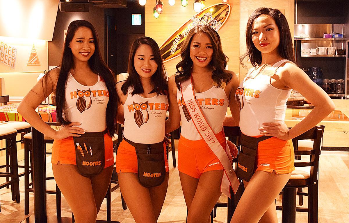 フーターズガールと2017年ミス フーターズジャパン(右から2番目)
