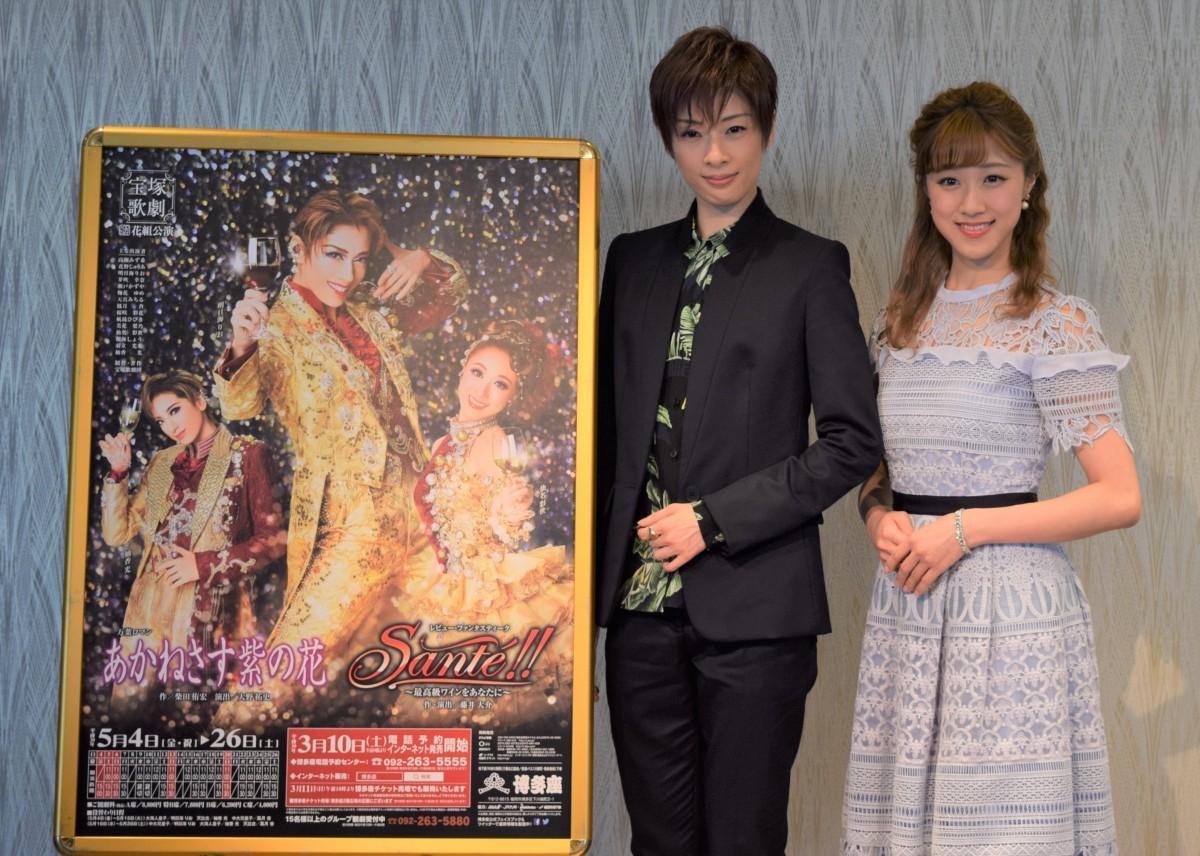 宝塚歌劇花組のトップスター・明日海りおさん(左)と娘役・仙名彩世さん