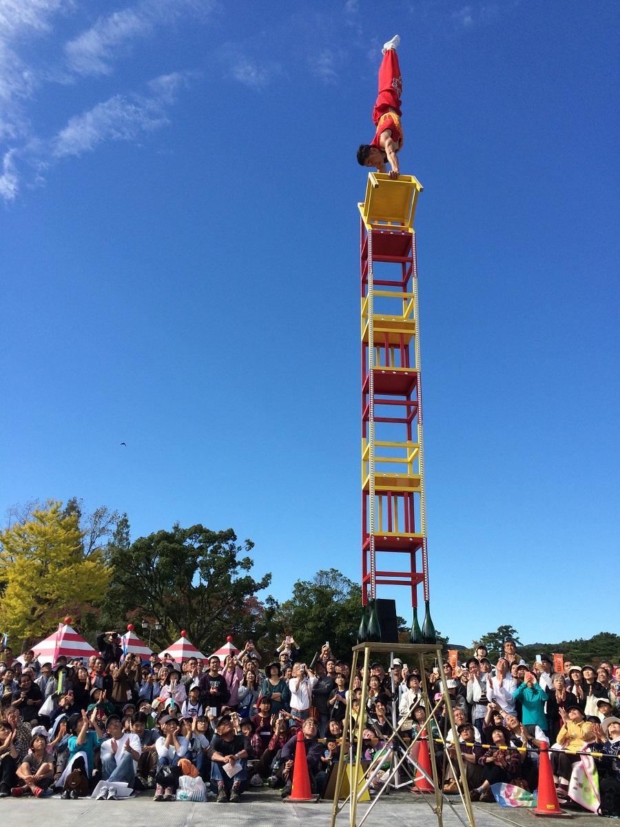 キャナルシティ博多、22周年誕生祭で「キャナル・パフォーマンス・アートフェス」(写真は雑技俳優・張海輪さんによる高椅子アクロバット)