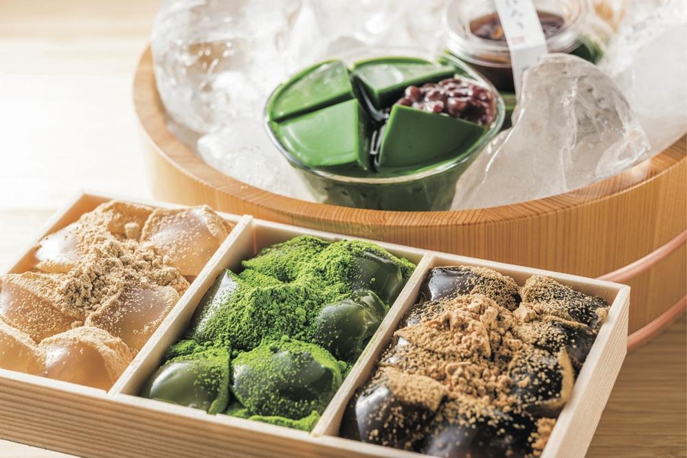 同イベントに出店する「藤菜美」の「わらび餅3種詰合せ」(写真手前)と「茶の露ほろり」(写真奥)