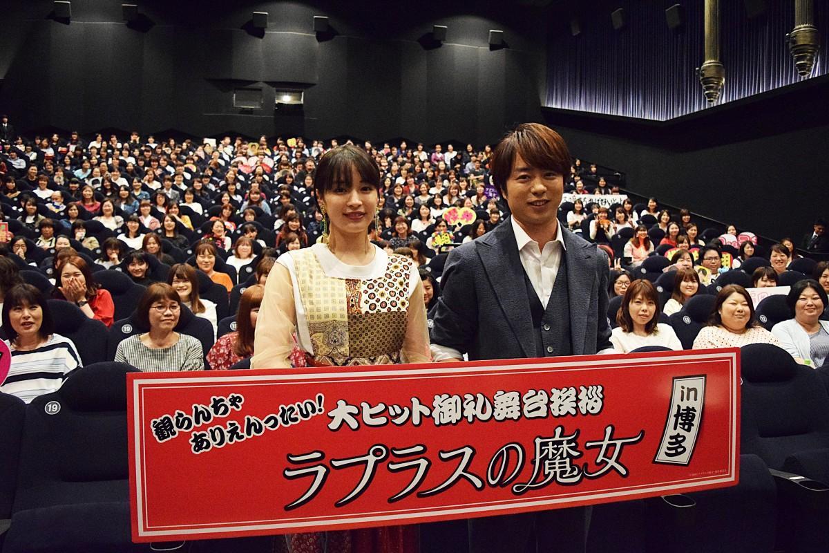舞台あいさつを行った櫻井翔さん(右)と広瀬すずさん