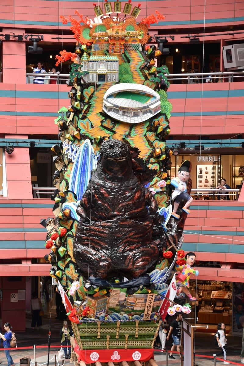 キャナルシティ博多の飾り山笠の見送り 標題は「ゴジラ博多上陸」