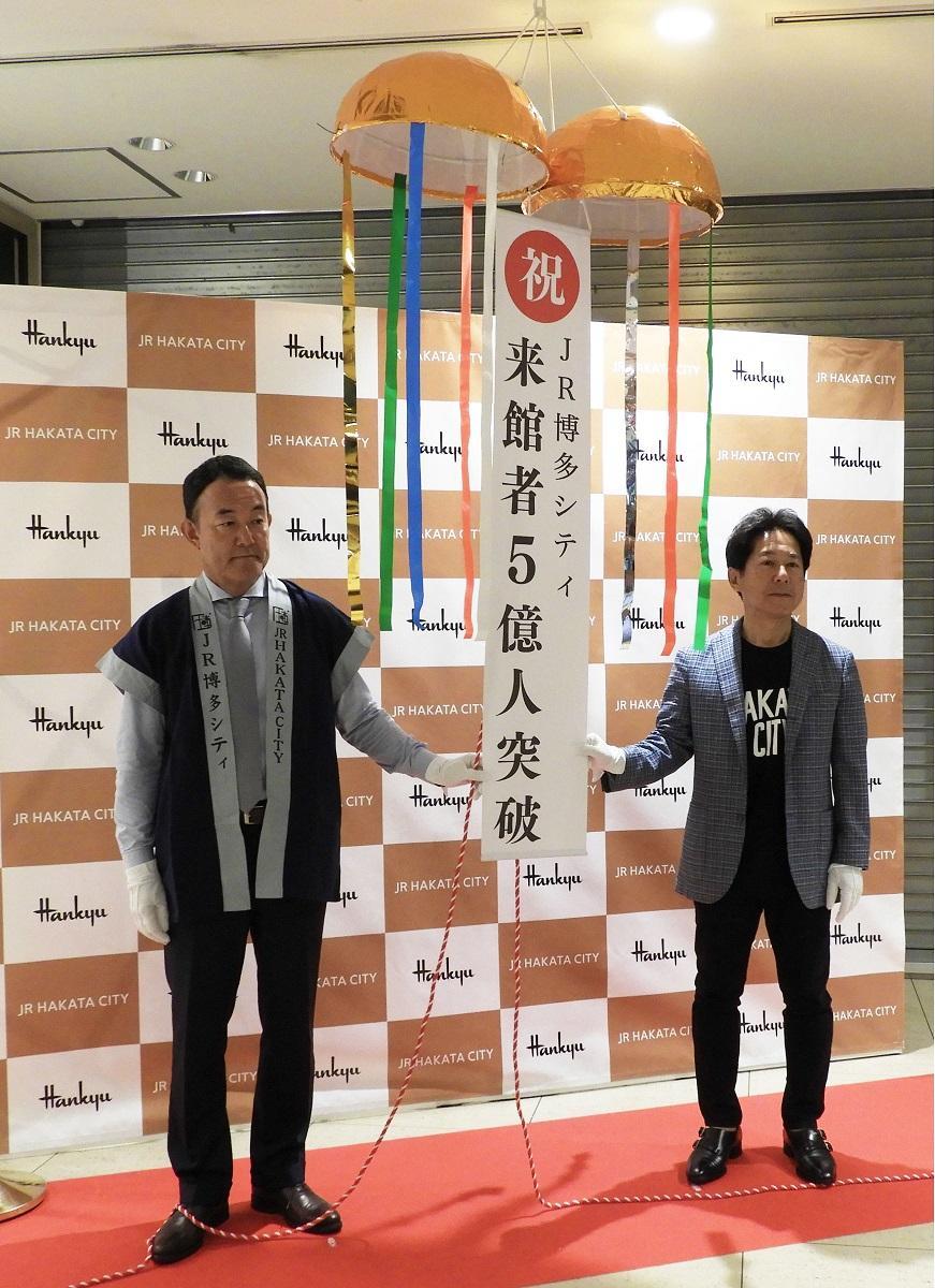 JR博多シティ社長の渡邊晴一朗さん(右)と博多阪急店長で阪急阪神百貨店常務の大西秀紀さん(左)
