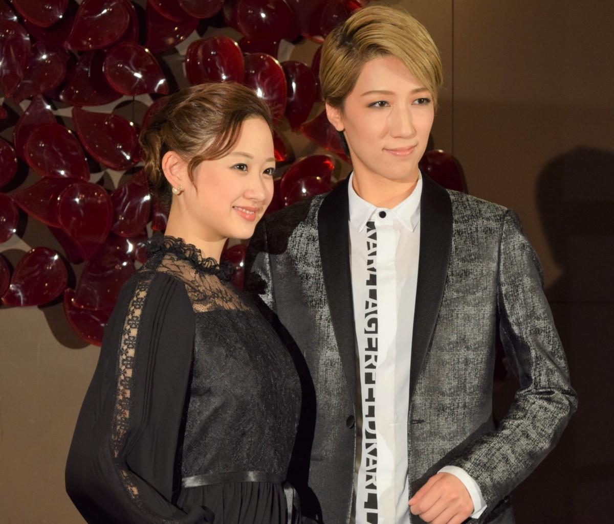 宝塚歌劇宙組のトップスター・真風涼帆さん(右)と娘役・星風まどかさん