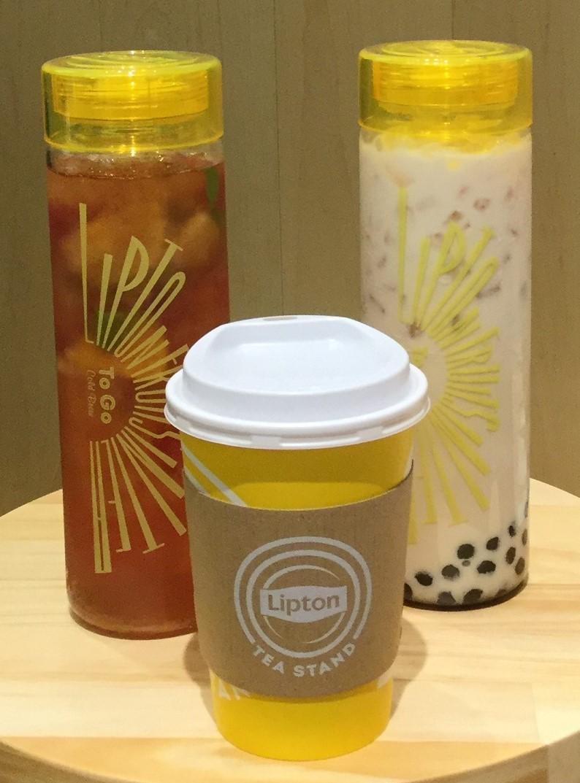 アイスタンブラーに入った「Fruits in Tea」(左)と「タピオカ・ロイヤルミルクティー」(右)