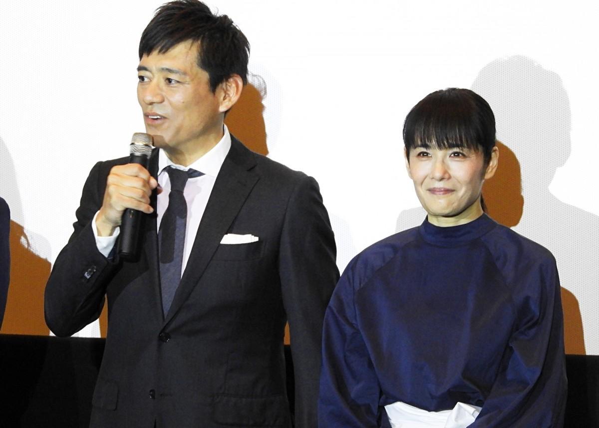 主演の博多華丸さん(左)と富田靖子さん