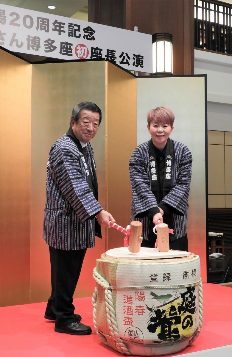 鏡開きに出席した(左から)博多座の相良直文社長と島津亜矢さん