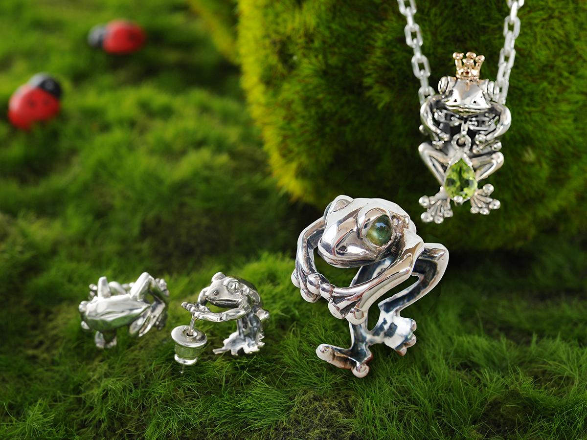 (左から)「蛙ピアス」、「カエルリング(ペリドット)」、「蛙の王様ペンダント'零八+ペリドット」