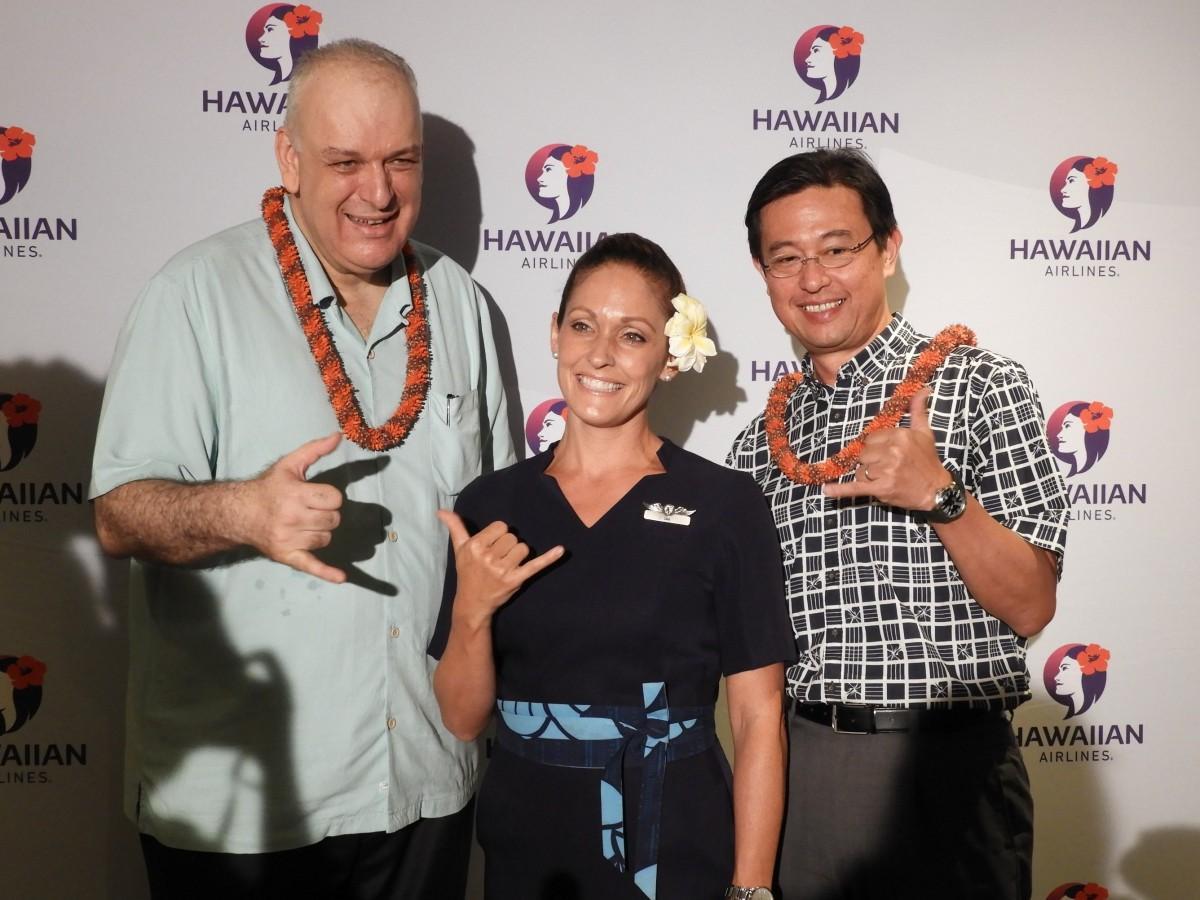 記者発表会の様子、ハワイアン航空グローバルセールス&アライアンス上席副社長のテオ・パナジオトゥリアスさん(左)と日本支社長の宍戸隆哉さん(右)ら
