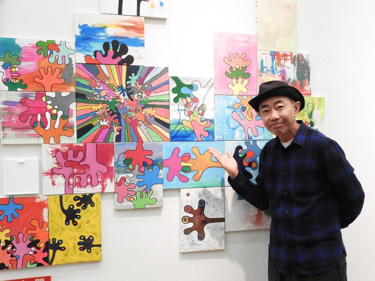 福岡会場内覧会で作品を紹介する木梨憲武さん