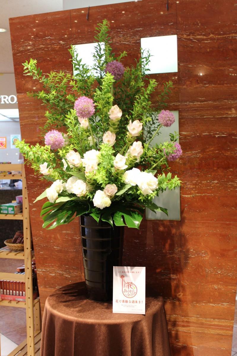 ロビーに飾られた福岡県産の花、白のクルクマやトルコギキョウ、ギガンジューム