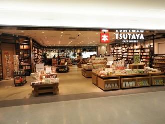 「TSUTAYA BOOKSTORE 福岡空港」が移転リニューアル 時間定額制のカフェラウンジ備える