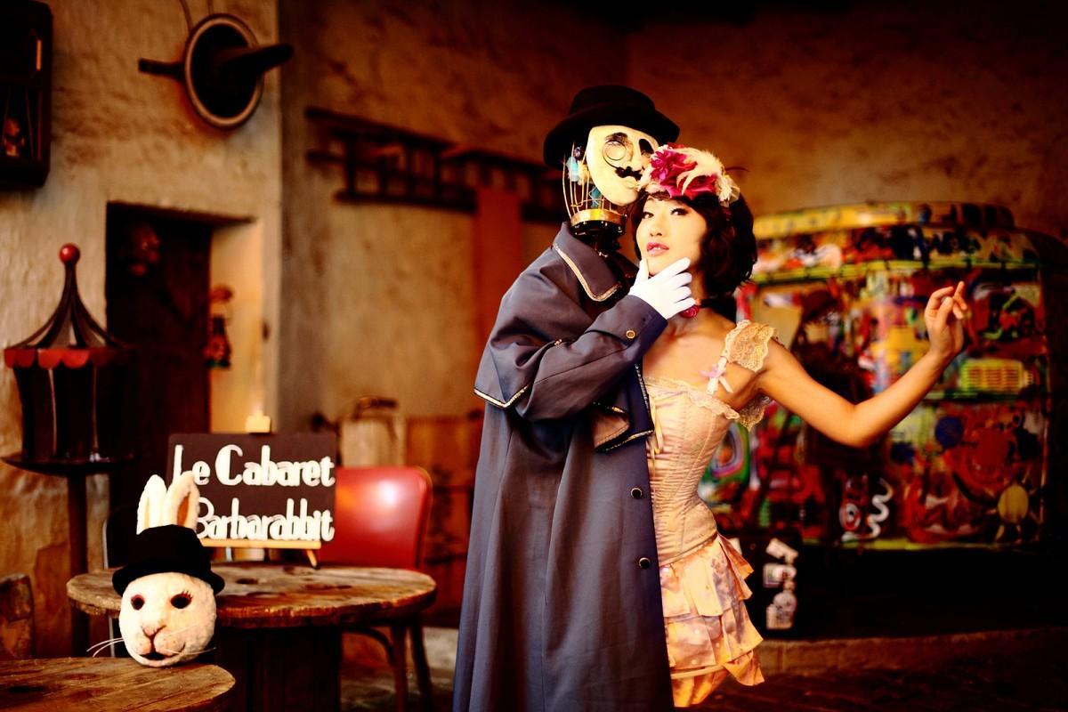 紳士と踊り子、一人二役でパフォーマンスするバーバラ村田さん