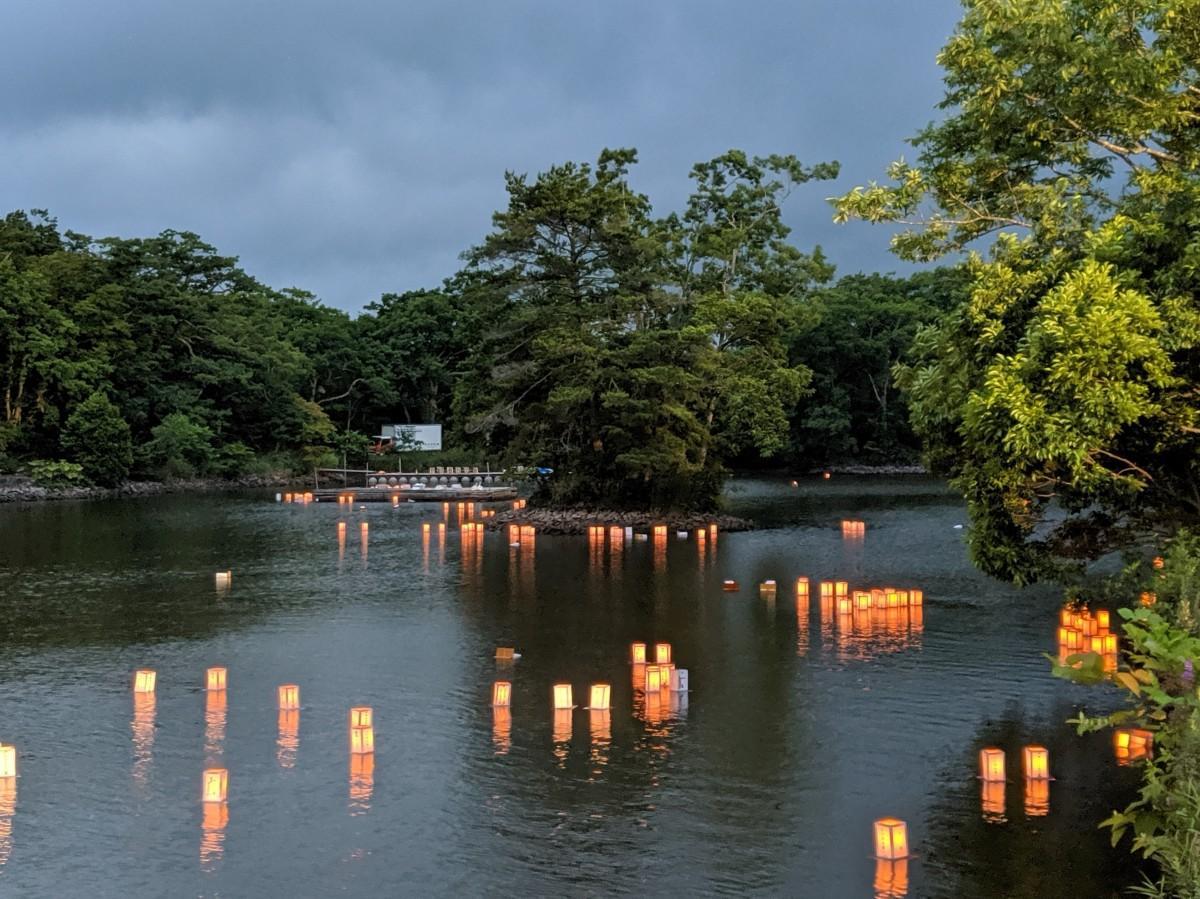 湖上に浮かぶ供養灯籠