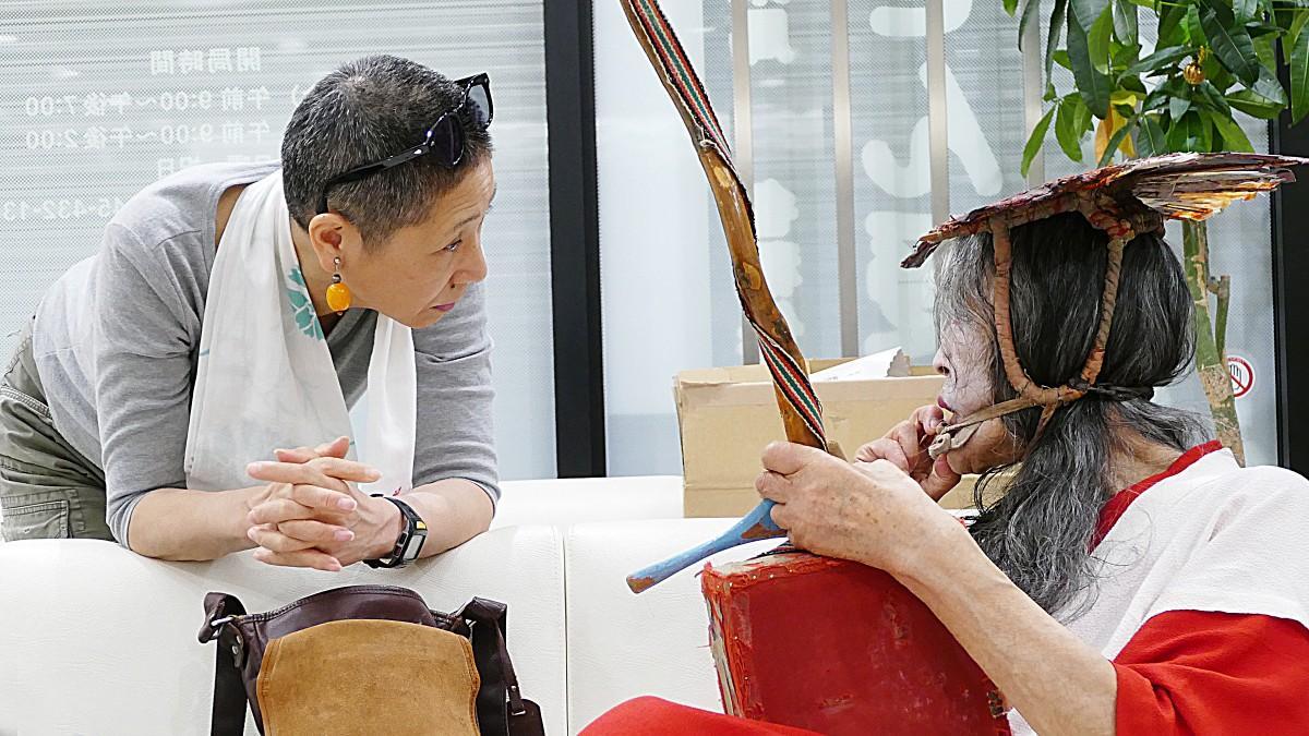 ギリヤーク尼ヶ崎さんに共演を申し出る二代目・高橋竹山さん(提供=紀あささん)